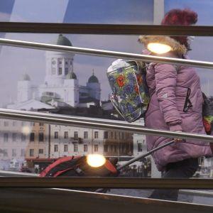 Passagerare i terminal i Helsingfors.