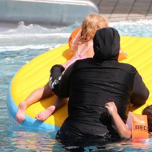 Muslimsk kvinna i burkini. Utebad i Erfurt 21.7.2019.