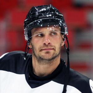 Jonne Virtanen iklädd ishockeymundering.