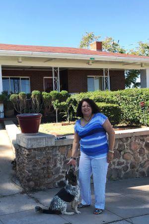 Ana Cory utanför sitt hus i Nogales i Arizona.