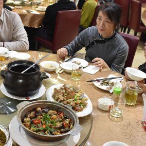 Ett sällskap i Hongkong äter på restaurang. Som traditionen påbjuder har restaurangen laddat upp med enorma portioner - så stora att få gäster orkar äta upp all mat.