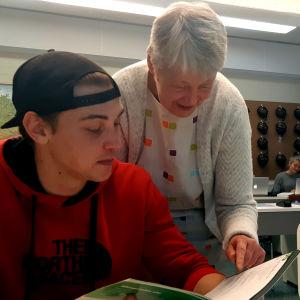 Gymnasieeleven Jonathan Ramstedt och tyskläraren Mikaela Andtskog i ett klassrum.