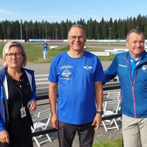Kuvassa Nuorten Jukolan tapahtumaa järjestävät Niina Liukkonen ja Juhani Sihvonen sekä ratavalvoja Heikki Peltola