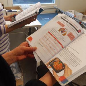 Bild på en bok som används i svenskundervisning.