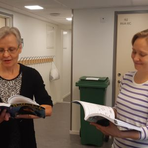Anne-Marie Jägerroos och Jaana Kähö undervisar i svenska.