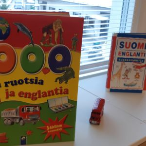 Böcker i svenska som står på ett fönsterbräde.
