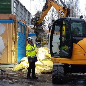Kaivuri purkaa Retretin entistä taidekeskusta Savonlinnan Tuunaansaaressa.