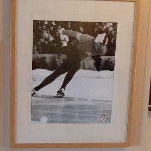 Tavlor med ett diplom från vinter-OS 1968 i Grenoble och ett foto av hastighetsåkaren Olavi Hjellman.