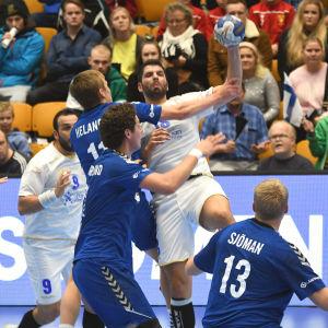 Benjamin Helander försvarar hårt mot en större motståndare inför VM-kvalmatchen mot Cypern.