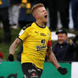 Petter Pennanen firar mål.