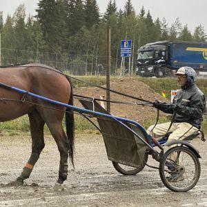 Ravivalmentaja Juha Kortekallio harjoituksissa Viitostien vieressä.