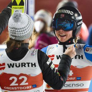 Maren Lundby firar VM-guld.
