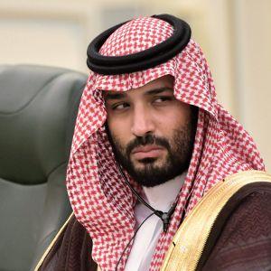 Kronprins Mohammed bin Salman sitter bakom ett bord med mikrofoner