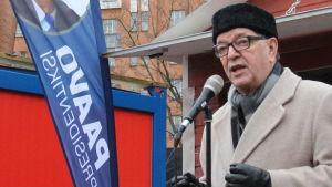 Paavo Väyrynen på ett torgmöte i kampen i Helsingfors.