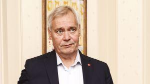 Statsminister Antti Rinne med en allvarlig min på Villa Bjälbo.