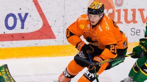 Kasper Björkqvist framför målet.