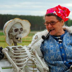 """Pirjo Nygård med sin """"medhjälpare"""", Väinö Einari Joutava"""