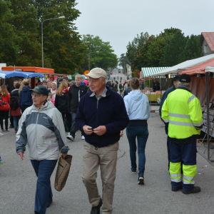 Människor går omkring på en marknad.
