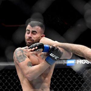 Shane Burgos sparkar Makwan Amirkhani i ansiktet.