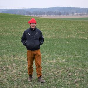 Erik Perklén på en grönskande åker i december 2020.