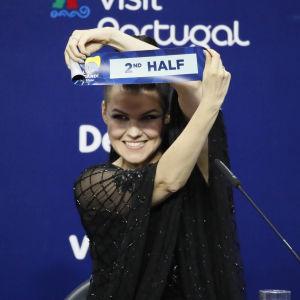 Saara Aalto visar upp en lapp som det står 2nd half på.