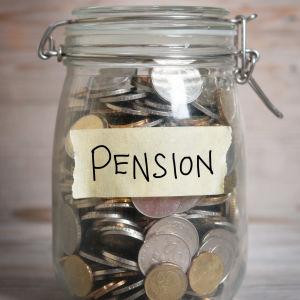En burk med slantar i. På burken står det pension.