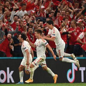 Danska spelare firar mål.