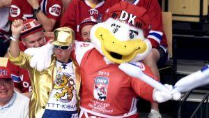 EN finländsk supporter har hittat en vän i VM-maskoten Duckly.