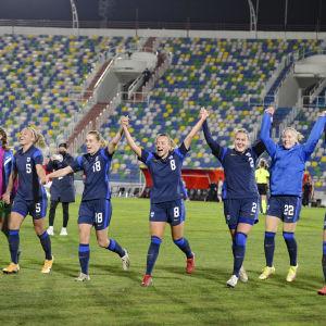Finska spelare jublar.