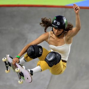 Lizzie Armanto hoppar med sin skejtboard.