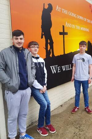 Tre pojkar utanför Cathedral Youth Club i Londonderry.
