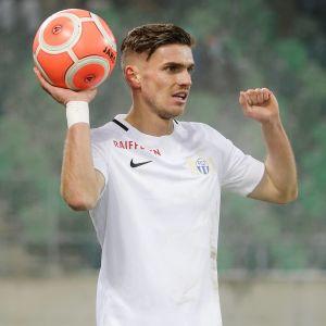 Puolustaja Joel Untersee FC Zürichin paidassa.