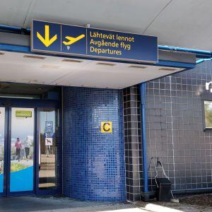 Jyväskylän lentoaseman sisäänkäynti.