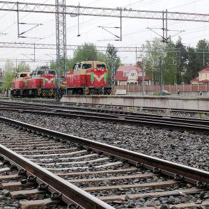 Rautatiekiskot ja vetureita Jyväskylän ratapihalla.