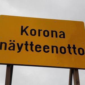 Koronatestauspaikasta kertova kyltti Keski-Suomen keskussairaalan pihassa.