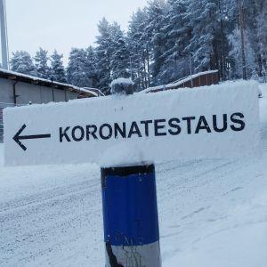 Koronavirustestauksesta kertovat opastekyltti Jyväskylässä Harjun urheilukentän takana.