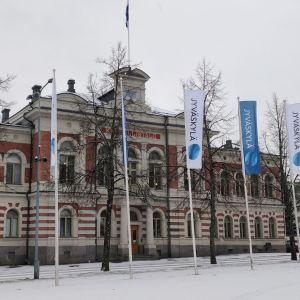 Jyväskylän kaupungintalon edustalla liehuu Jyväskylä-lippuja.