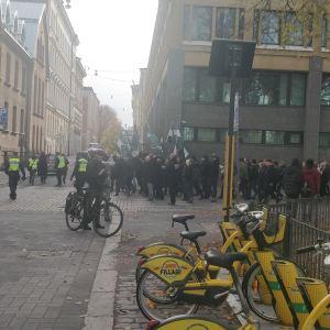 Nordiska motståndsrörelsen marscherar vid Inrikesministeriet i Helsingfors.