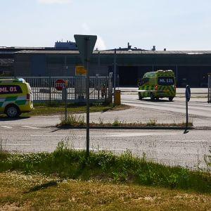 Ambulanssi Veitsiluodon tehtaan edustalla