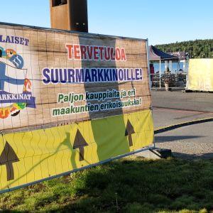 Kansainvälisten Suurmarkkinoiden kyltti tapahtuma-alueen reunalla Jyväskylän Lutakossa