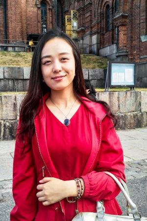 Keke Li står framför Uspenskijkatedralen i Helsingfors. Hon ser nöjd ut.