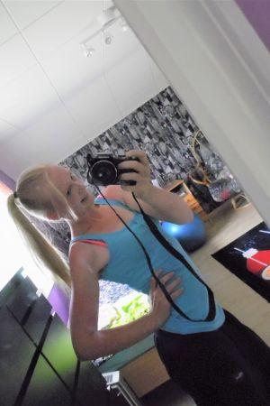 Kiia ottaa selfien peilin kautta