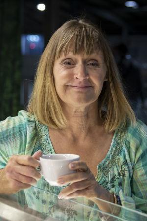 Kati Sandelin, en äldre kvinna håller i en vit kaffekopp.