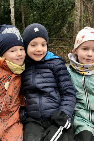 Fyra dagisbarn ute med varma kläder.