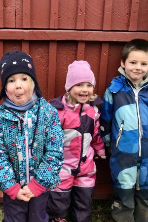 Fyra dagisbarn i galonkläder.