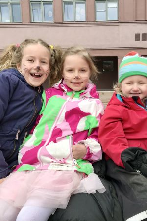 Fyra barn i dagisåldern utomhus.