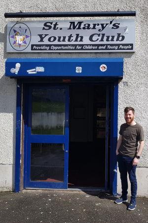 Peter Nixon framför St.Marys Youth Club.