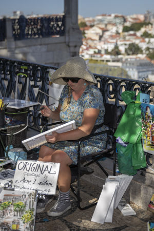 Estniska bildkonstnären Anne Laidam ställer ut sina verk vid en utsiktsplats i Lissabon.