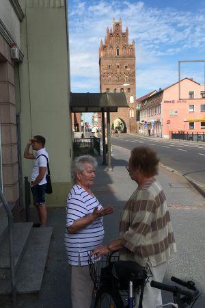 Stadsvy från Demmin. Två kvinnor talar på gatan.