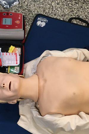 Första hjälpen-docka med defibrillator.